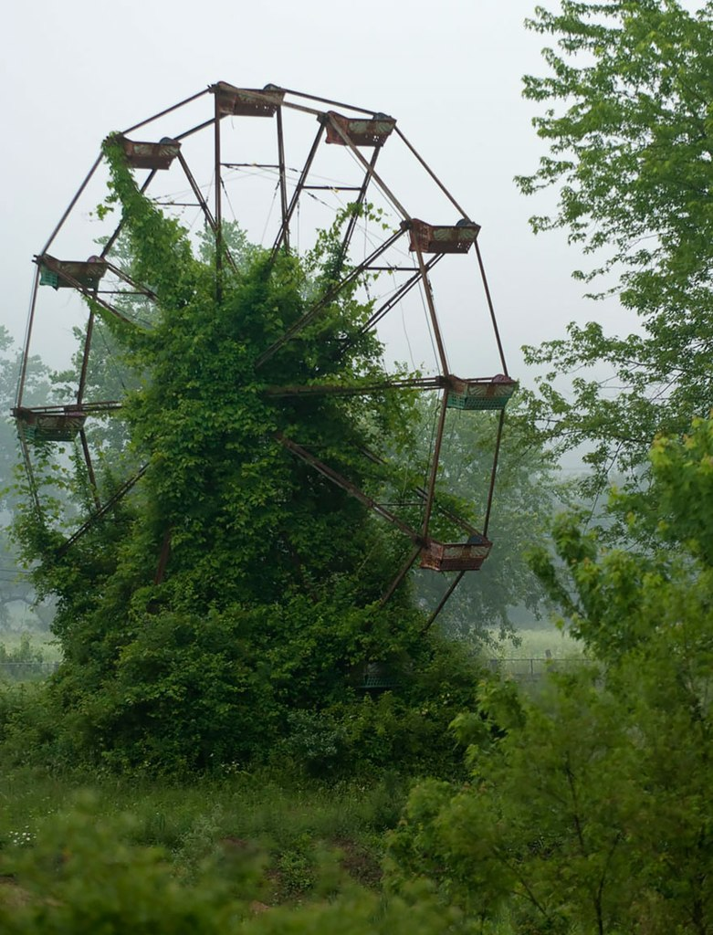 Заброшенное колесо обозрения.