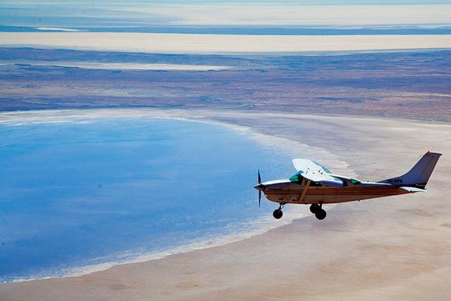 самолёт над озером